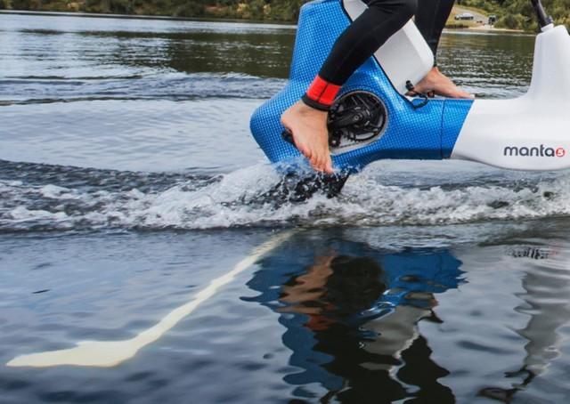 在水面上骑的电动车 无轮子出门全靠浪