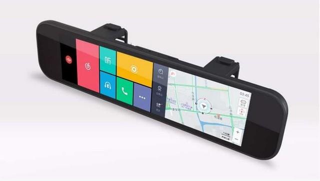 70 迈智能后视镜 70 迈智能后视镜在 7 层光学镀膜银镜下内置了一块 1,920 x 480 解像度的 8.88 吋屏幕,除了可以当作后视镜,还支持语音操作和高德地图 GPS 导航功能。除此以外,它配备了一个 F/1.8 光圈 160 度广角的镜头,能够同时用于前方行车纪录,并提供前方碰撞预警、前者开动提醒和行车道偏移预警功能。 配合内置加速度感应器、陀螺仪和磁场感应器,能够将座驾的动态记录,同时储存在机身、microSD 和云端,在后视镜或手机 App 随时翻查。