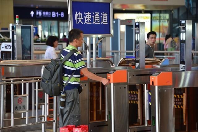 """《出行有料》:中国铁路迈进""""刷脸""""时代"""