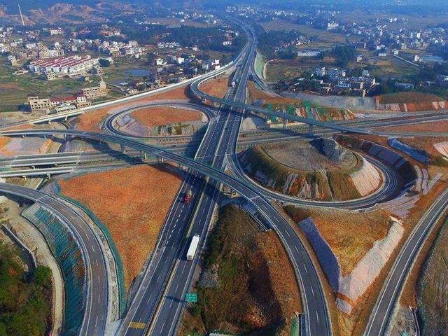 高速路越来越发达 上路前车辆做好检查