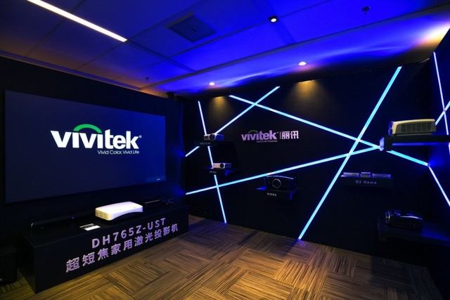 Vivitek(麗訊)以科技感十足的展臺盛大亮相CIT2017 Vivitek(麗訊)在此次CIT2017上展示了最新的4K家用投影機HK2288、家用超短焦激光投影機DH765Z-UST,以及半短焦家用高清投影機DH559ST,并搭配甲譜真影院幕布等相關設備。精彩逼真的方案展示和豐富齊全的家用投影產品讓觀眾可以身臨其境感受投影的魅力與震撼。