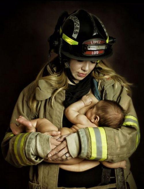身穿丈夫消防员制服哺乳孩子 惹争议