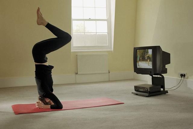 看着电视练瑜伽 女子仰头拉成高位截瘫