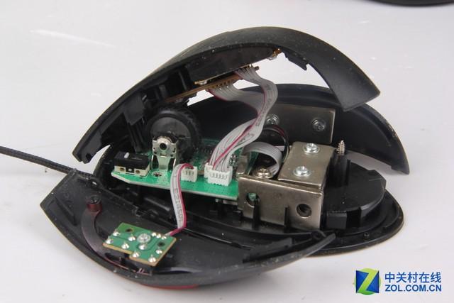 华硕GX900游戏鼠标使用重量过大的原因 居然是因为鼠标内塞了多达4块配重铁块 将华硕GX900游戏鼠标拆开后,网友反映鼠标使用重量过大问题的原因瞬间就找到了,原来是华硕在GX900鼠标内安装了多达4块内置配重大铁块。作为一款具备配重调节功能的鼠标,不知道华硕玩命的往鼠标内塞铁块想要达到什么目的,难道就是为了让用户使用起来更累?