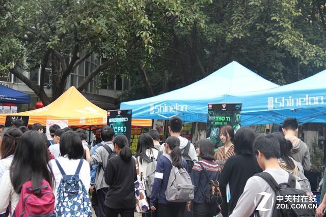 偶遇国际友人 炫龙校园行广东暨南大学
