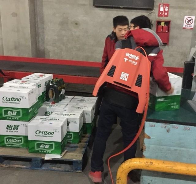 京东外骨骼机器人曝光 为减少员工腰椎损伤