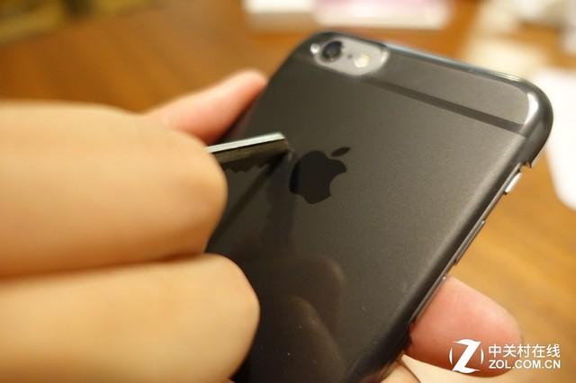 """苹果""""抢占""""投影专利是为智能化升级做准备?   2014年,苹果新申请了一项专利:投影3D映射技术,这其实是一款透镜阵列投影仪,可以整合到未来的iOS设备上,以便用户使用3D地图。从苹果所申请的几项较大的投影专利来看,苹果主要是想利用投影功能实现3D导航,帮助用户摆脱平面式导航的禁锢,对容易迷路的小伙伴们来说,又会是一项开挂神器。"""