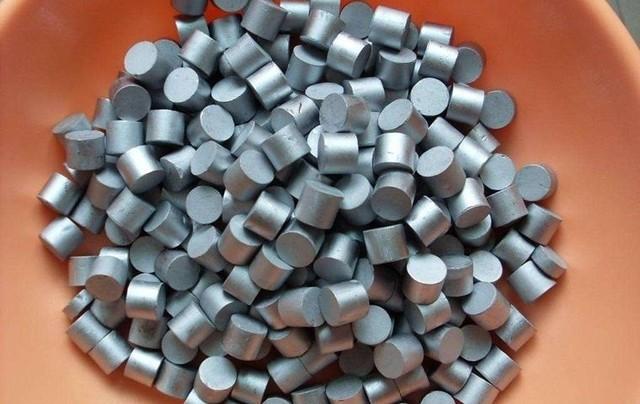 铼是人类发现最晚的天然元素,它在地壳中的含量比所有的稀土元素都小,比钻石更难以获取。全球探明的铼储量仅为2500吨左右,铼的价格跟白金的价格相仿,一克大概需要三百块钱。能够提纯铼金属的,是成都一家公司的母公司,2010年,这家公司在其下属的陕西省洛南县黄龙铺钼矿区矿山中斟探到铼,储量达到176吨,约占全球储量的7%,仅次于智利、美国、俄罗斯和哈萨克斯坦。该公司认为,虽然国外对生产单晶叶片进行了技术封锁,但中国人必须自己想办法去解决这个技术,我们不能只作供应商,把稀有元素供应给外国企业,这对中国毫无帮