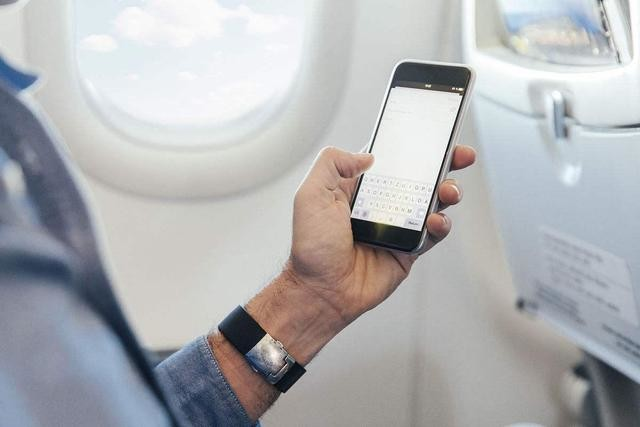坐飞机可以玩手机了? 至少本月还不允许