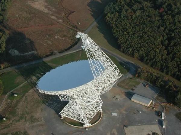射电望远镜监听到30亿光年外神秘信号