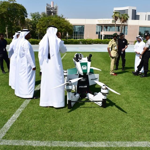 迪拜警方展示飞行摩托车 可携带1名警察