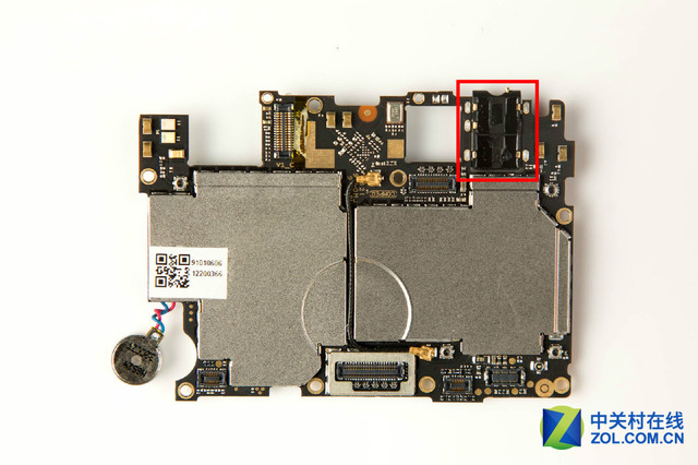 耳机孔焊接在主板的连接方式 二、耳机孔焊接在底部PCB板的连接方式 这种连接方式与上面焊接在主板上方式原理类似,相比于与直接焊接在主板上,耳机孔焊接在底部PCB板上,维修风险成本小一些,毕竟底部PCB板并没有主板那么多的重要芯片,即使损坏,成本也不会那么高。