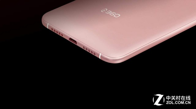 图360手机f4谍照曝光 根据此前网络上曝光的信息来看,360手机f4的屏幕可能在4.7英寸-5英寸之间。而根据网络上最新的曝光谍照显示,手机采用的是玫瑰金色调,金属边框,底部的开孔采用对称设计,同时看到后盖也类似采用了金属材质,拥有一定的弧度,并打上了360的Logo,360手机也如之前宣传的采用圆润设计,金属边框R角设计和之前悉尼大剧院海报上类似,整个手机的呈现出一种非常优雅的弧线设计,相信上手的手感会相当好,另外看上去更显高档。 360手机f4定于3月21日发布,预计近期还会有更多信息流出,敬请期