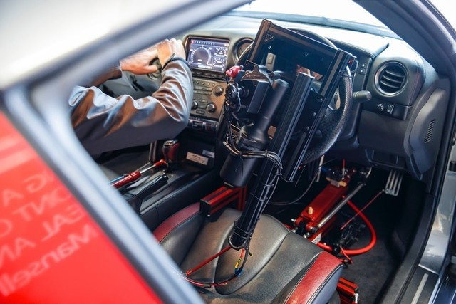 PS4顺手柄遥控的GTR赛车 此雕刻却比游玩真多了