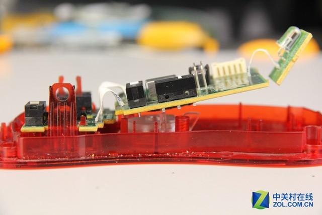装按键电路板时注意不要损坏固定卡扣 装主板时注意对准透镜固定孔