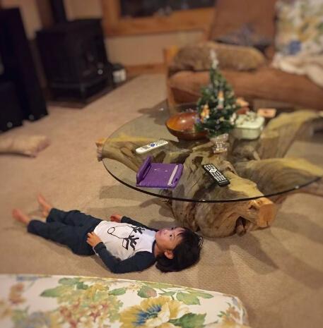 五岁小朋友发明看iPad新姿势 还不学学?