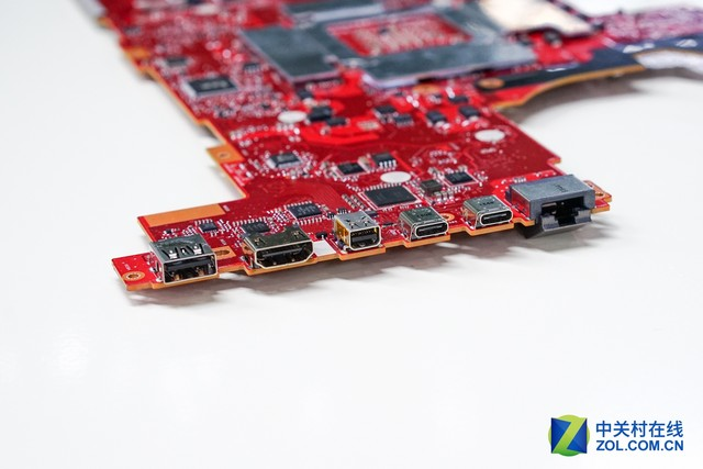 主板正面分析 从主板正面我们可以看到,GX700搭载的这块桌面完整版GTX980显卡在主板上的布局像极了桌面版本的显卡,从这点上看它也是得到了完整的移植。当然,这也难怪为何水冷头会重点照顾GPU的部分。
