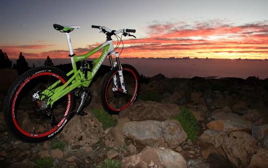 山地自行车   山地自行车起源于1977年美国旧金山,设计为骑乘于山区的车种,为骑乘于山区的路况而设计,常规结实的钻石型车架;有些会在车架安装避震器,一般会配置平把或燕把,优点是双手握把时张得较宽,有利于操控,山地自行车轮组直径一般是26寸,轮胎花纹粗且宽,能更好的体现其抓地力,适合越野,稳定性好,胎压较低,确保其在山地骑行时安全整体强度较大抗冲击能力强,相比普通自行车强力骑行时更不易损坏。   4.