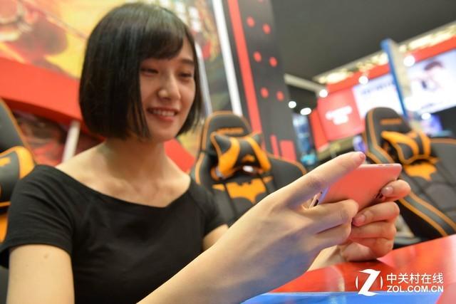 CJ绝世女高手踢馆vivo展台 5分钟被征服