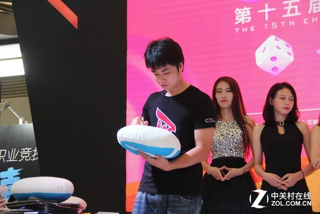 SKY现身ZOL展台 与玩家互动送签名好礼