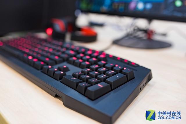 红色背光   手感方面,联想Y Gaming机械键盘配备的凯华红轴手感与黑轴相似,是最晚出现的轴体,也是目前最软的轴体,但压力克数比黑轴小,手感要更加轻盈。在敲击时同样没有段落感,直上直下。触发键程为2.0mm,要比黑轴更长一些。由于凯华红轴在敲击时更加轻松,能很好兼顾游戏和打字的使用需求,红轴也是最容易被大众所接受的轴体。