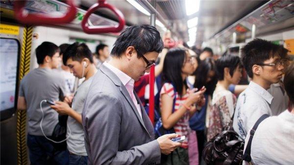 公交地铁上看手机的人们到底在玩什么?