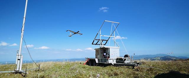 无人机绑上线飞到空中进行风力发电
