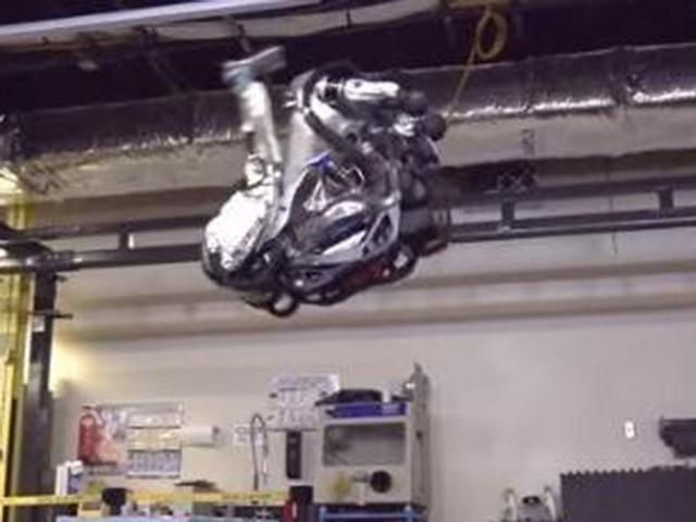 厉害了 机器人轻松完成高难度后空翻