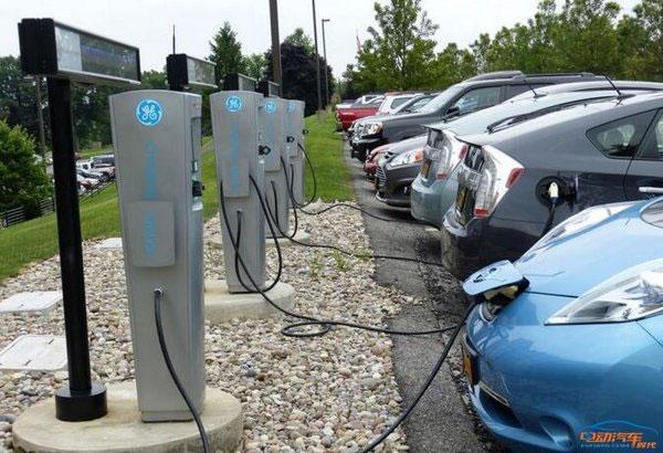电动汽车被充电桩拖住了后腿高清图片