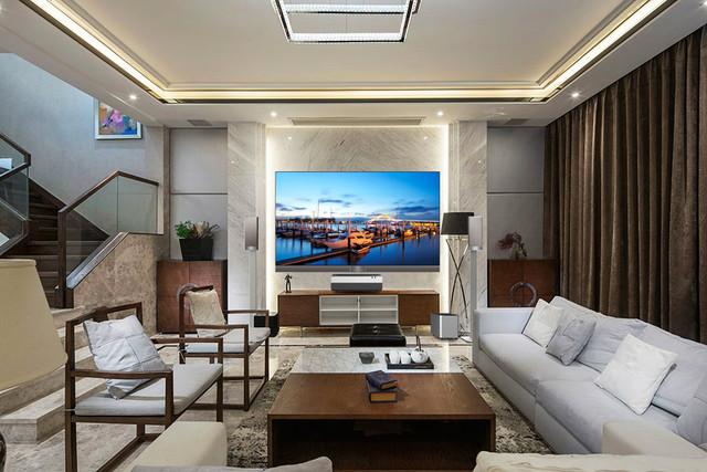 海信激光电视以反射式激光成像原理设计了主机+屏幕+音响的产品组合