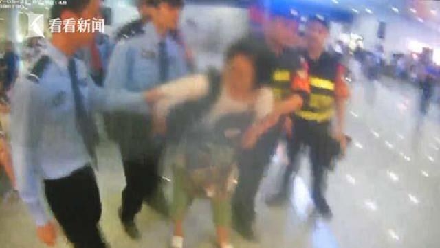 被安检仪扫到会死!女子闹高铁站拒安检