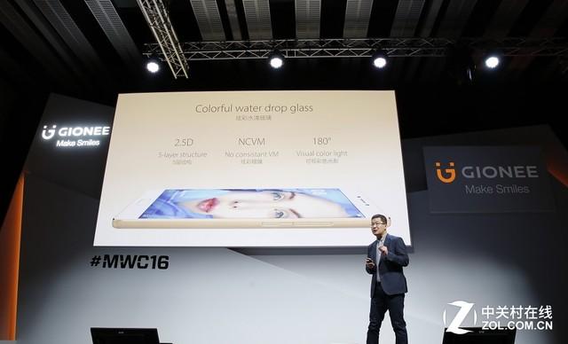 金立S8发布,配备AMOLED屏幕 说完了机身背面咱们来说说正面,金立S8正面采用了1920x1080像素分辨率的5.5英寸AMOLED屏幕,配合极窄边框使得该机拥有非常高的屏占比。整机握在手中利于抓握,甚至有着5.2英寸机身的紧凑身材。同时,AMOLED屏幕具有可视角度大、色彩鲜艳观感好、厚度薄、像素独立发光等优点,配合1080P清晰度完全足够的分辨率为用户带来更低功耗,从而延长整机总体续航时间。