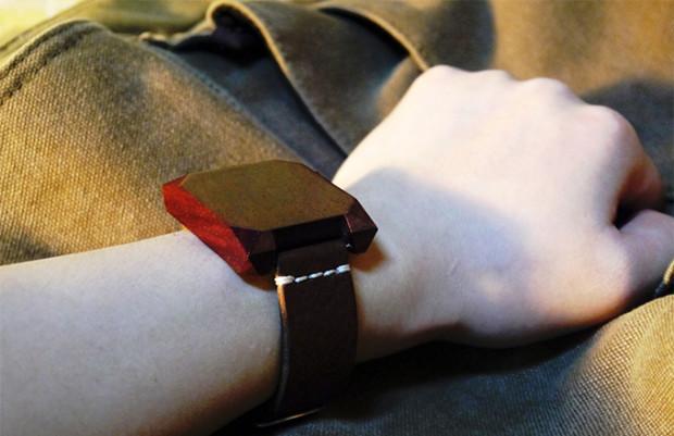 个性红木手表 除了显示时间还能玩游戏