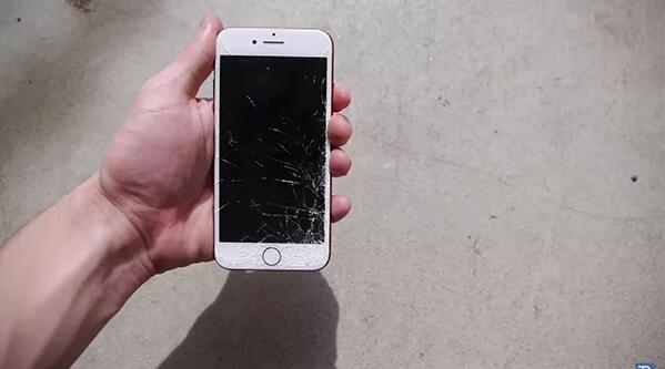 跌落测试 一起看红色iPhone 7粉身碎骨
