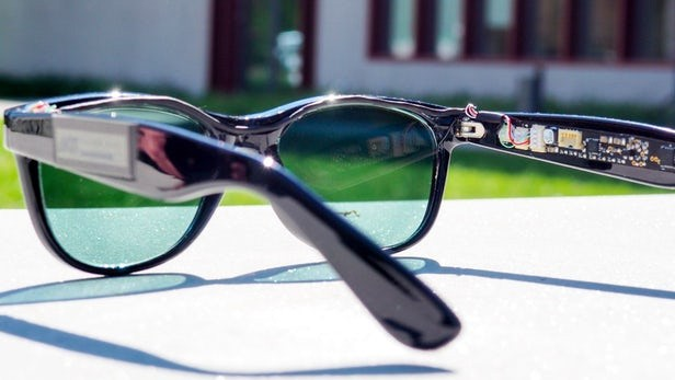 无敌太阳眼镜 边晒太阳边给移动设备充电