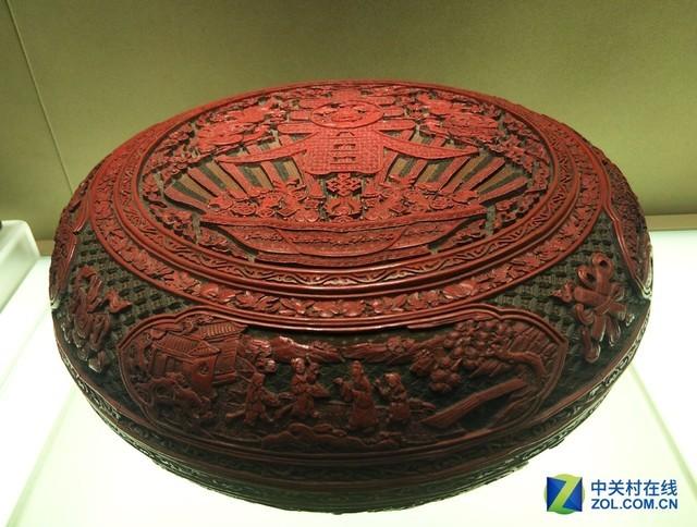 细节感人   中国人使用漆器的历史非常久远,早在七千年前的河姆渡文化遗址中,我们就出土过朱漆木碗。从漆的采集到漆器的制作,都是非常困难的。除了中国以外,日本的漆器也非常知名,当然是从中国传过去的。 本文属于原创文章,如若转载,请注明来源:国内首家私人博物馆 国宝级屏风什么样http://dcdv.