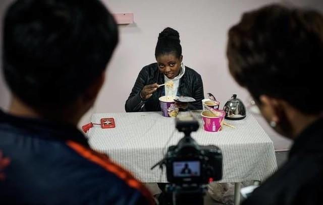 非洲女孩学当网红 最爱吃食品是中国辣条