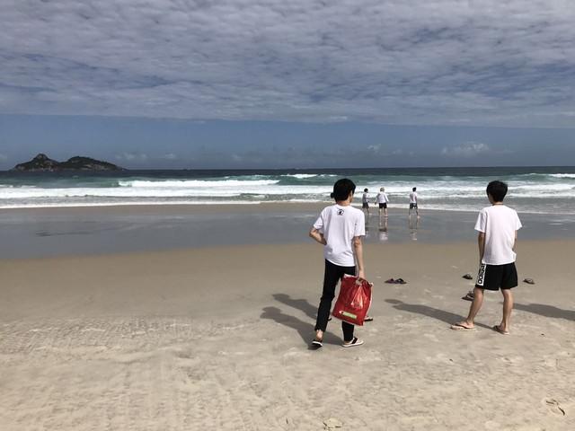 WE战队巴西动态:放假半天吃肉下海!