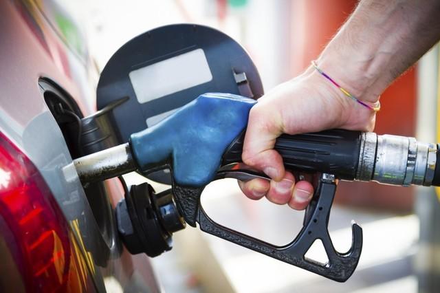 """油价迎""""二连涨"""",加满一箱油将多花7元"""