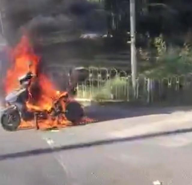 惊呆!北京昌平东三旗一电动车当街自燃