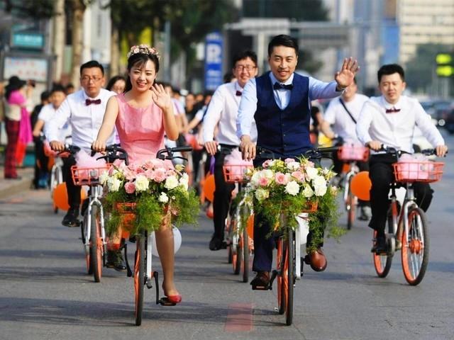 男子用30人车队迎娶新娘 却只花了30块钱