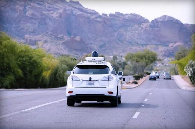 挑战新地形 谷歌沙漠中测试无人驾驶汽车(图片来自The Verge) 谷歌自动驾驶汽车业务总监詹妮弗表示,谷歌选定亚利桑那不但是因为该州对技术研发张开怀抱,还因为它境内有各种奇特的沙漠地形可供车辆进行测试。这将能帮助谷歌了解车辆和传感器能否禁得起极端天气的考验。 在恶劣环境下测试自动驾驶汽车是研发过程中重要的一环,谷歌自动驾驶汽车的行驶总里程虽然已经达到了150万英里,不过测试路况都不复杂。今年年初,谷歌将柯克兰选为第三个测试城市,此外华盛顿州由于多山且经常下雨,未来也可能会成为自动驾驶汽车的测试地。