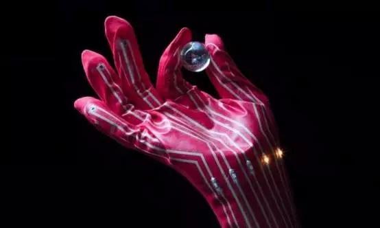 弹性导体新材料 可赋予机器人人类皮肤