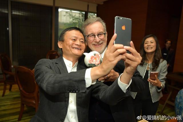马云自用手机曝光 定制版还是iPhone 8?