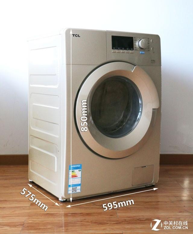 """由于TCL""""大眼晶""""滚筒洗衣机为一体成型机身,所以拆解的话需要从机身顶盖开始,将固定顶盖的螺丝去除之后,把顶盖向后抽出,即可看到洗衣机的内筒结构了。打开上盖后我们首先看到的是巨大的配重块,配重块能够起到稳定内筒的作用,保证洗衣机在运转时稳固不摇晃,减少洗涤发出的震动与噪音。这款TCL""""大眼晶""""滚筒洗衣机配备的是混凝土配重块,目测来看,该配重块体积不小,且安放在了滚筒的正中间位置,能够让洗衣机的震动降到更低。 screen."""