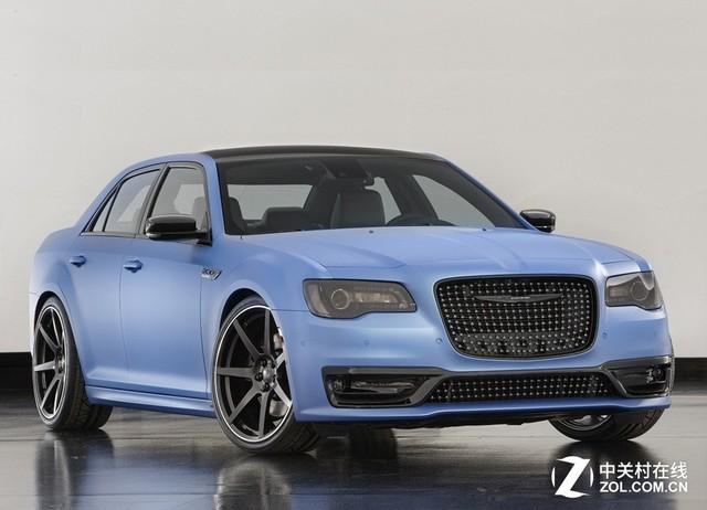 克莱斯勒300 Super S概念车 在磨砂蓝的车身上,新车采用了点阵式前进气格栅、同样点阵式风格的下保险杠设计、熏黑大灯组,以及黑色的品牌标识。整体看起来有几分改装的味道,给人一种性能与运动的视觉刺激。侧身,22英寸的7辐式黑色合金轮圈与黑色的后视镜则进一步强调着该车的动感。