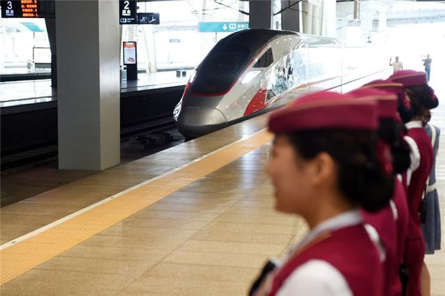 坐高铁终于能连WiFi上网了 复兴号登场