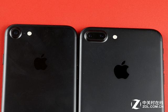 这次苹果iPhone7和iPhone7 Plus发布会一开始,就已经证实了我心中的猜测软件生态是重点环节。库克上台没几分钟便将舞台让给了非苹果公司的开发者,这在苹果历史上是史无前例的。开发者的分量在这场发布会当中尤为凸显。但是否这就意味着苹果会弱化硬件?后来的环节证明,并未如此,反而苹果加快了对硬件的升级速度,至少表面上看是这样翻倍的核心数量、翻倍的闪光灯数量、翻倍的机身存储、增加的镜头、增加的内存、增加的前置镜头像素等等,似乎让人在iPhone7和iPhone7 Plus身上瞬间看到了一些Andr