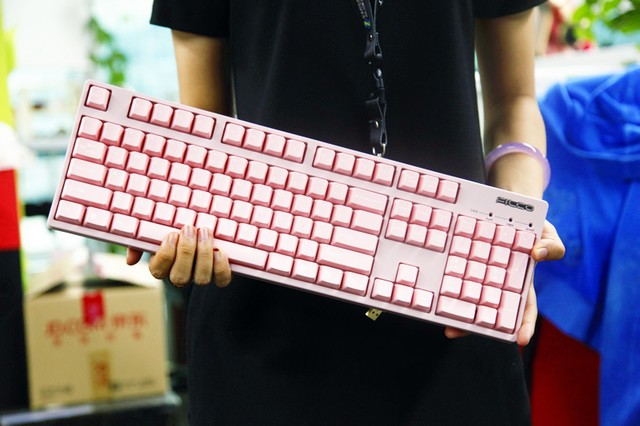 大老爷们少女心 编辑自制粉色机械键盘