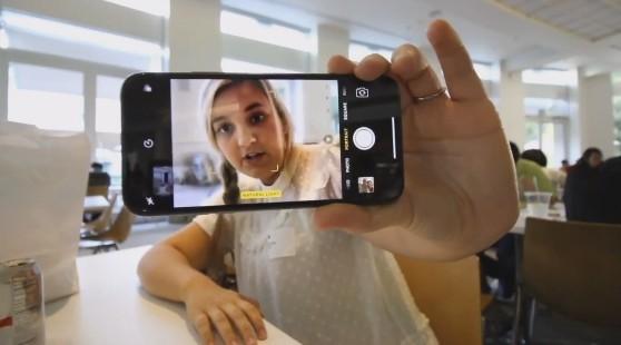 羡慕!美少女苹果总部抢先试玩iPhone X